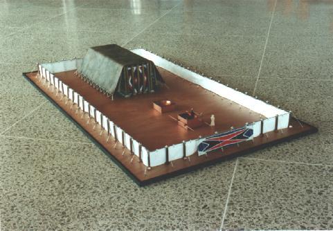 vue latérale du tabernacle avec la cour extérieure où l'on voit la cuve et l'autel d'airin (c) digital union